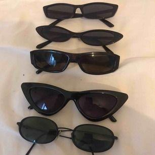 Coola glasögon i 90-tals stil!!!!!  Köp 1 par för 30 kr st Köp 2 par för 50 kr st  Köp alla för 120 kr st  🌞🌞🌞🌞🌞🌞🌞  Frakt ca 10-20 kr 🤠