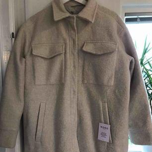Helt ny skjortjacka från neo noir i strl S, beige färg. Stängs med tryckknappar dock har ena knappen börjat släppa men kan lätt sys fast igen, följer även med en extra knapp Nypris 1499kr Skickas spårbart via post nord