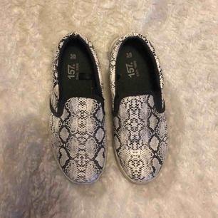 Snake-print skor från Lager 157. Använda lite grann men i jättebra skick utan några skavanker. Kan skicka bättre bild på hur dom ser ut från sidan om så önskas! 💕