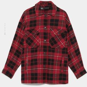 INTRESSEKOLL röd skjortjacka från ZARA. Sparsamt använd och i jättebra skick. Funkar som XS-L beroende på hur du vill att den ska sitta. På mig som har storlek XS och är 156cm är den lite längre och oversize. Pris är diskuterbart
