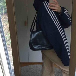 Säljer denna fina väska som funkar som både handväska och axelväska då den har band man kan spänna hur mycket som helst. Den har ett fack på baksidan samt en massa fickor inuti. 🥰