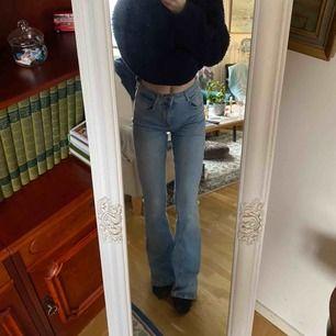 Jeans från zara  Storlek: 36 Jag är runt 172 cm lång Bud från 150:- DESSA HAR UTGÅTT FRÅN SORTIMENTET Om du är intresserad lägg ett bud.