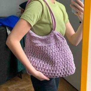 Vintage väska i trendig lila färg. är inte använd av mig men är vintage så är lite använd, fortf fint skick! frakt 63kr.