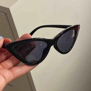 Trendiga solglasögon ifrån monki, BUD PÅ 50kr