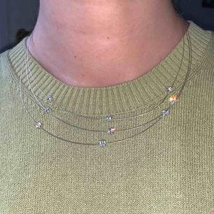 Vintage 00s halsband, är använd därav billigt pris! Frakt 11kr.