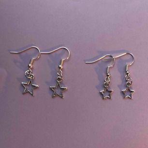 Säljer dessa handgjorda örhängen med stjärnor, ett par med lite större stjärnor och ett med mindre. Vet ej och de är nickelfria. Köparen betalar frakten på 11 kr💖