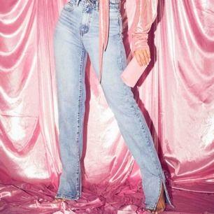 Super snygga jeans med slits nertill!💖 ALDRIG ANVÄNDA, alla lappar kvar! Säljer pga fel storlek för mig. 36 men skulle säga att de kan passa en 34 också!💖  kan mötas upp i stockholmsområdet annars står köpare för frakt💖