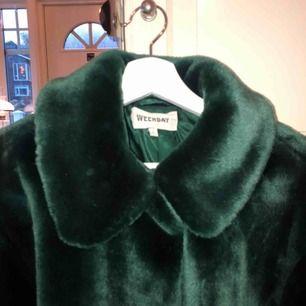 Smaragdgrön faux fur från weekday🧑🏻🎤🧙🏻♀️🧚🏻🐸 Möts helst upp i Göteborg för det blir dyrt att frakta!