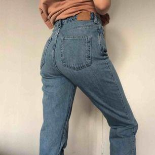 Weekday-jeans i modellen Row, färg Sky Blue. Ganska välanvända men i superfint skick. W29 L32, säljer pga har ett par i mindre strl, dock ska de vara lite baggy!