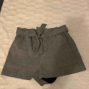 Säljer mina short i kostym tyg, superfint mönster och grå färg. Köpta på Zara för 349kr (nypris). Köparen står för frakten🦋 kan mötas upp i Sthlm☺️