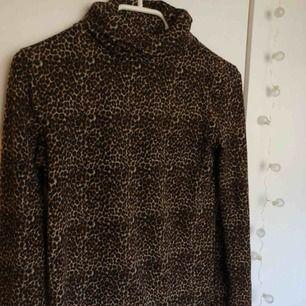 Snygg tröja från Zara med leopardmönster och hög krage som man kan vika ! Frakt är inräknat!