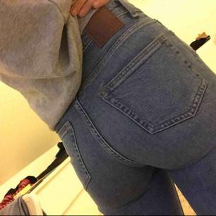 Trendiga jeans köpta på Tise från Weekday, strl 26/30 (S typ ) super super sköna, frakt tillkommer men går att diskutera priset då!👍🏻❤️