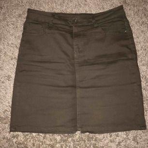 En mörkgrön kjol med liten slits på baksidan endast använd 2 gånger. Köparen står för frakten