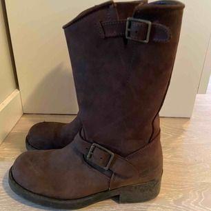 Snygga Johnny bulls mellersta modellen, läder och bruna. Använda ett fåtal gånger. Nypris- 1 200 kr. Fraktkostnad på 50 kr (köpare står för frakten)🧡