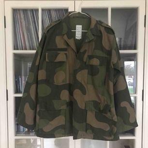 En väldigt snygg och oversized militärjacka. Det är en äldre jacka som jag själv köpt på secondhand men den är i väldigt bra skick. Perfekt vårjacka som passar till det mesta.  Du står själv för fraktkostnaden.