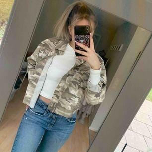 Säljer denna skit coola jeansjacka ifrån Primark. Aldrig använd och lapparna kvar. Oversized