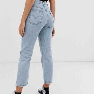 Säljer mina Levis jeans nu! De har blivit för små och är inte så använda. Köpta i september 2018❤️ Köpare står för frakt som är 59kr!