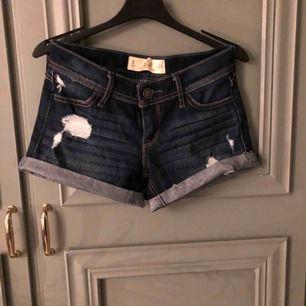 Blåa slitna short från Hollister! Storlek 0, XS Bra kvalité!  Frakt tillkommer!