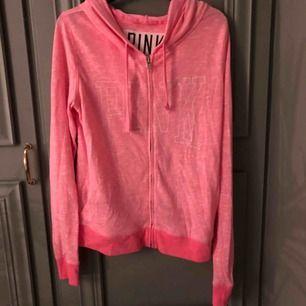 Rosa hoodie från Victorias secret!  Bra kvalité Storlek S Frakt tillkommer 📦