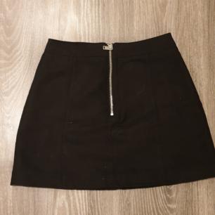 En kjol från HM i storlek 34, säljer pga för liten<3