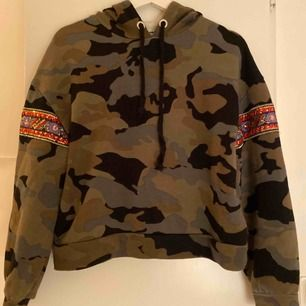 Ascool hoodie från zara i militär mönster! 🤍🤍 säljer  för att den inte kommer till användning längre😊