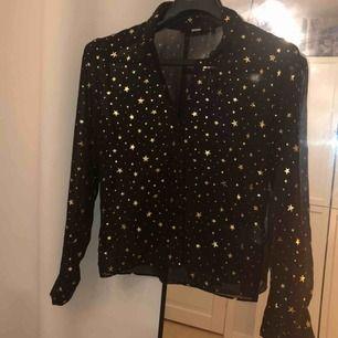 Lite genomskinlig svart skjorta med guldiga metallic stjärnor, denna är så jäkla snygg med typ en bralette under. Tror aldrig jag har använt den så den är i nyskick.