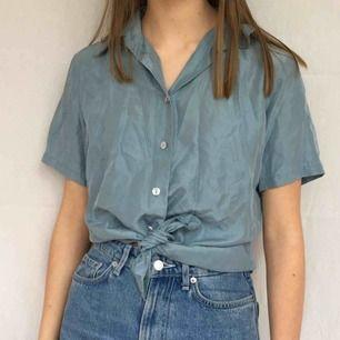 Blå skjorta i 100% siden (därav att den ser lite skrynklig ut), väldigt skön att ha på! Kunden står för frakt på 20kr<3