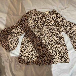 Snygg leopard blus från HM, storlek 34💖💖 du står för frakten :)