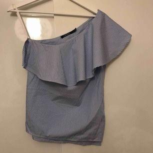 Blå och vit randig one shoulder blus från Ralph Lauren