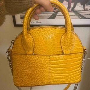 Gul liten väska från Zara.