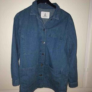 Snygg jeansskjorta från H&M! Oversized i modellen.