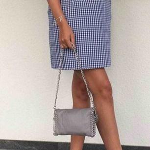 Stella McCartney liknande väska från Tiamo i den minsta modellen,grå med silver kedja.  Köparen stör för frakten