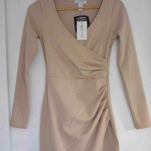 Jätte fin beige omlott klänning med lappen kvar ☺️ helt oanvänd då jag inte hunnit använda den tyvär annars är den hur fin som helst❤️