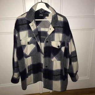 Säljer nu den populära jackan från Zara i den blåa färgen 💘⚡️ mycket sparsamt använd så är i princip nyskick!