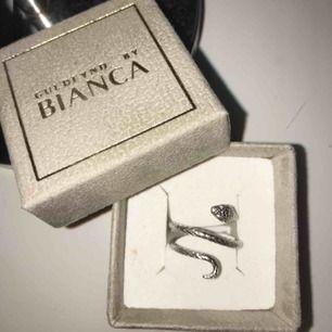 Superfin ring från guldfynd (Bianca ingrossos kollektion) nästan som ny då den är använd ett fåtal gånger. Kommer ej ihåg storleken men det är den vanligaste. Köparen står för frakten. Priset kan diskuteras.