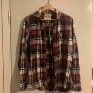 Flanellskjorta från Hollister som använts väl. Hämtas i Uppsala. 🌹