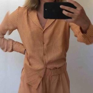 Orange blus med coolt mönster! Använd vid få tillfällen