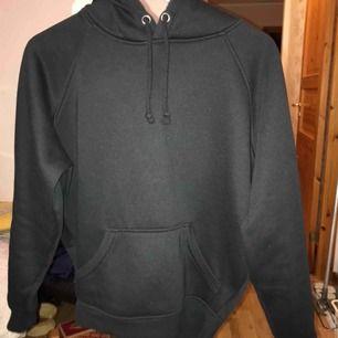 Säljer denna jättepopulära hoodien från bikbok i storlek XS. Använd men försiktigt så ser ut som ny, säljer då jag har för många svarta hoodies😊 Frakt betalas av köparen😄