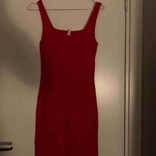 Röd klänning från Hm, aldrig använd endast testad