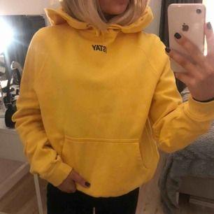 Skitsnygg gul hoodie från iStay, knappt använd så den är som ny! Frakten blir 60kr🥰