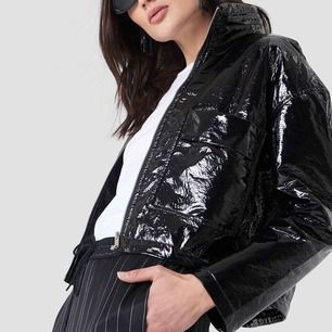 """Säljer min snygga patent jacka från NA-KD. Dragkedja och dragsko resår, därav kan användas som en """"croppad"""" jacka🖤🔪🖤"""