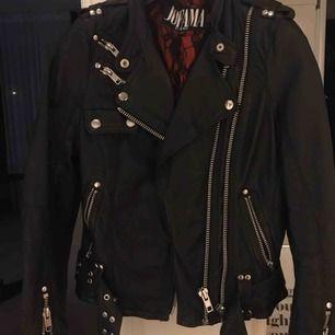 Säljer eventuellt denna jacka. Använd fåtal gånger, inte riktigt min stil längre.