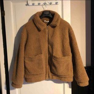 Säljer en Teddy coat i storlek m. Använd fåtal gången, inga hål eller slitningar, som ny. Nypris 899kr. Kan mötas upp eller frakta