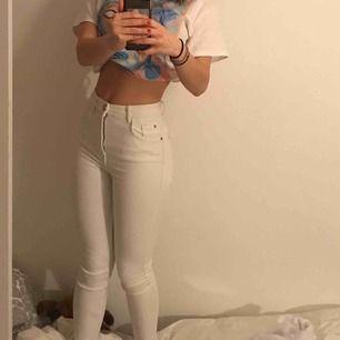 Ett par högmidjade tighta vita jeans , enkla och snygga. Säljer dom för att jag bara använder lösa jeans just nu. Dom passar till allt och kan enkelt mötas i Malmö eller frakta :)