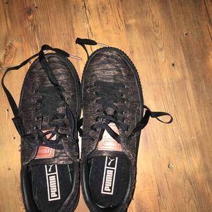 Supersnygga, sköna sneakers med liten plattå. Alla behöver en svart sko i garderoben!! De är dessutom sköna! Säljer dock pga fel storlek:/