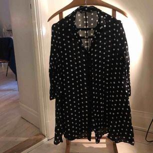Prickig skjortklänning från Zara i härligt flowigt tyg, perfekt till jeans eller på sommaren som kort klänning/tunika.  Kan skickas mot fraktkostnad eller mötas upp i sthlm.
