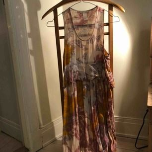 Härlig maxi-klänning från hm trend! Använd fåtal gånger, i fint skick. Kan skickas mot fraktkostnad eller mötas i sthlm.