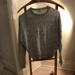 Gråmelerad tröja från weekday, använd men i fint skick! Material: 100% ull Kan skickas mot fraktkostnad eller mötas i sthlm.