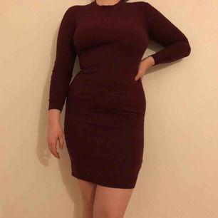 vinröd klänning från h&m. ribbad. använd 1-2 ggr. du står för frakten💸