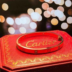 Cartier bangle bracelet replika, storlek 17. Säljes då det tyvärr var för litet. Passar en relativt smal vrist. Box, påse, dustbag, certifikat samt mejsel medföljer (allt på bilden).  Kan skickas mot frakt.